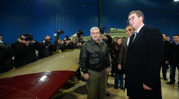 """VUČIĆ U PANČEVU: Posetio fabriku """"Utva"""", dočekali ga radnici i upoznali ga sa proizvodnjom!"""